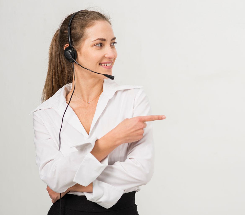 Callcenter Agent von benic|solutions zeigt nach rechts auf den Textblock zum Thema Support für Bestandskunden